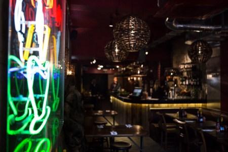 restaurant-noodle-neon