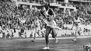 Jesse Owens con zapatillas Adidas