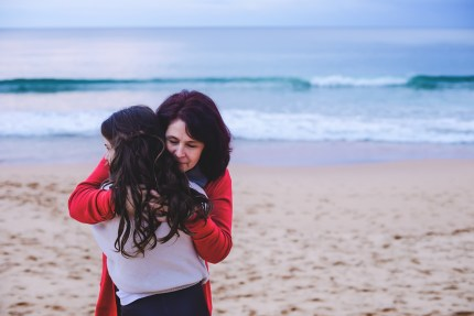 Family photographer Sydney - Mum hugging daughter