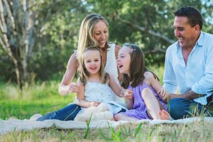 familyphotographysydney/familylaughinginpark