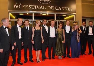 l'équipe du film avec Angelina Jolie, Brad Pitt, Marianne Pearl (en vert bronze ) autour du réalisateur Michaël Winterbottom (photo L'Oréal Cannes)