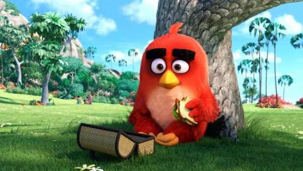Red (Jason Sudeikis) mangia da solo al parco.