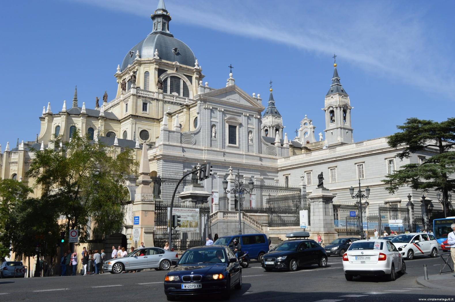 Cattedrale Dell'Almudena Vista Dal Cortile/piazza Del Palazzo Reale  #335B98 1579 1050 Sala Da Pranzo Ottocento