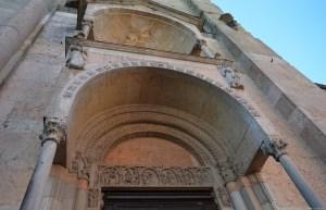 Piacenza, il Duomo, portale con decorazione lunetta