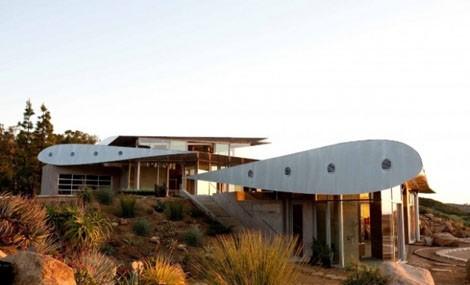Wing House, la villetta a Malibu costruita con il riciclo di pezzi di aerei dismessi
