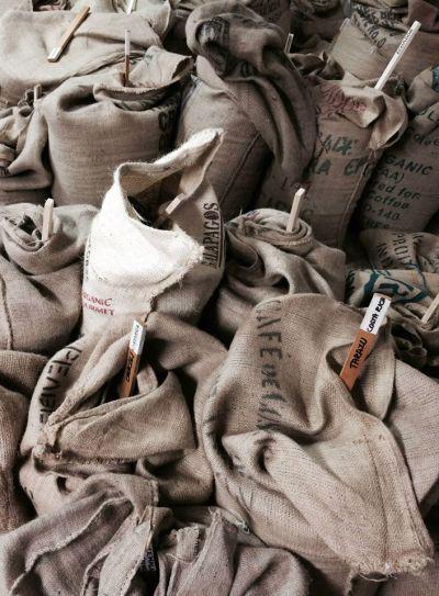 Někdo má pytle s odpadem, my máme pytle s kvalitními kávovými boby :) ...