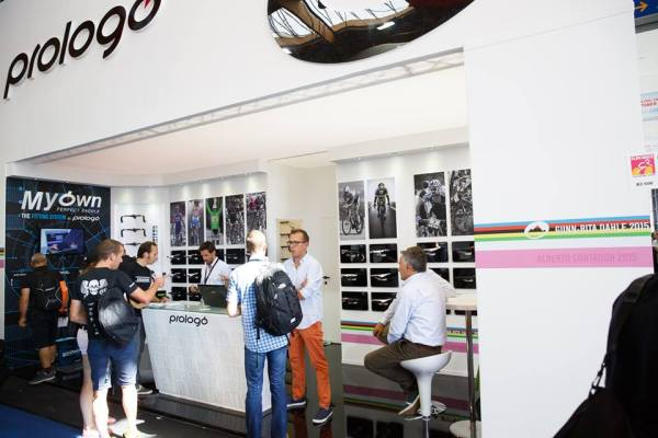 Tak a jsme na stánku italské značky Prologo, a co si pod tím můžeme představit za produkty? ...