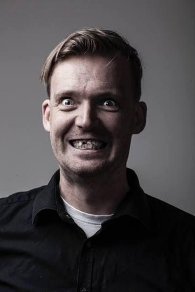 ... a zde sám grafik, Pavel Akrman, kterej ten podběrák taky potřeboval, ale neměl ho u sebe :) . Fotka znázorňuje, že i bez zubů můžete bejt fešák ...