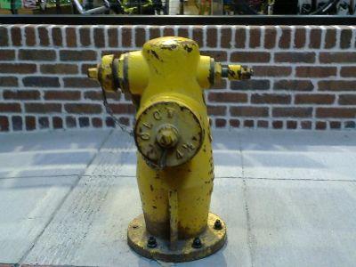 ... utíkáme pryč, už nás z těch motorek bolí hlava. Smutnej a osamělej hydrant nám ukazuje cestu ...