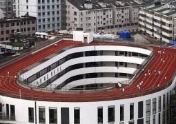 Pista de atletismo é construída em teto de escola na China