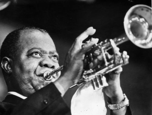 Louis 'Satchmo' ('Satchelmouth') Armstrong (1900 - 1971).