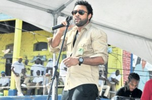 Shaggy performs for inmates