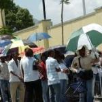 Jamaicans on line @ the US Embassy in Kingston
