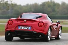 10-2015-alfa-romeo-4c-posteriore-in-pista