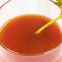 Rico coctél de apio y tomates