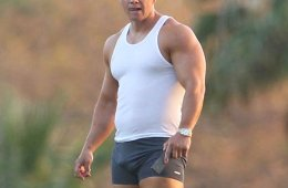 MAN CANDY: Mark Walhberg Gets Touchy!