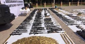 NUEVO LAREDO, TAMAULIPAS, 28ABRIL2018.- Elementos del Ejército Mexicano llevaron a cabo un aseguramiento de armas, se lograron decomisar 206 armas largas, dos fusiles Barret, un lanza cohetes antitanque portatil, 33 cohetes, granadas, cartuchos, cargadores, entre otras. El arsenal decomisado por los soldados corresponde a cuatro operativos que se llevaron a cabo en esta ciudad fronteriza, luego de recibir una denuncia anónima, por lo que se llevó a cabo la coordinación con otras autoridades. FOTO: CUARTOSCURO.COM