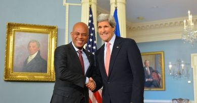 http://commons.wikimedia.org/wiki/File%3ASecretary_Kerry_Shakes_Hands_With_Haitian_President_Martelly_(12325521394).jpg  Par U.S. Department of State from United States [Public domain], via Wikimedia Commons