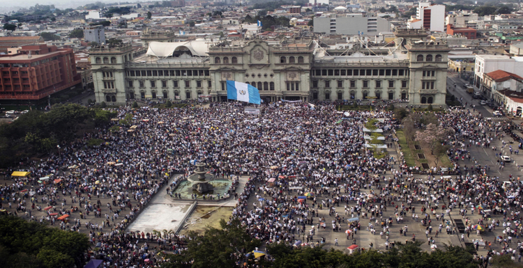 Aerial view during a protest against Guatemalan President Otto Perez Molina and Vice President Roxana Baldetti for the recent corruption cases in the government, in Guatemala City on April 25, 2015.   AFP PHOTO / CARLOS ALONZO