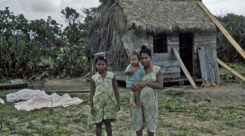 Family_of_Miskito_people_along_the_Prinzapolka_river,_Nicaragua_-_c._1957–1961 (1)