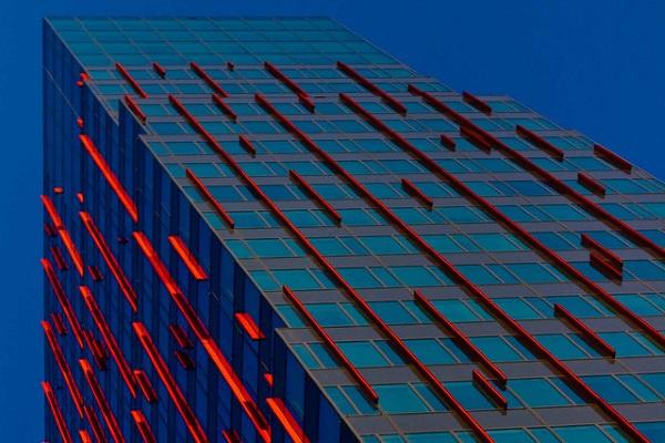 Edificio lineas rojas por Marja van Bochove