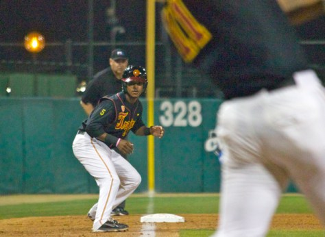 Reggie Southall watches Omar Cotto drive a tying sacrifice fly. (Photo: Shotgun Spratling)
