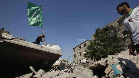 La-bandiera-di-Hamas-sventola-sulle-macerie-Reuters