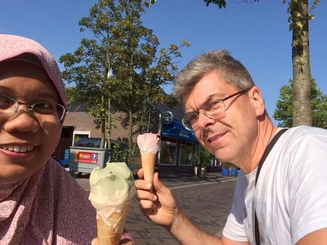 Pacaran makan es krim.