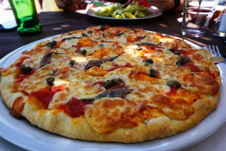 Pizza Anchovy pakai bijian warna hijau rasanya asin. Ini enak banget. Satu loyang besar saya habiskan sendirian *maruk :D