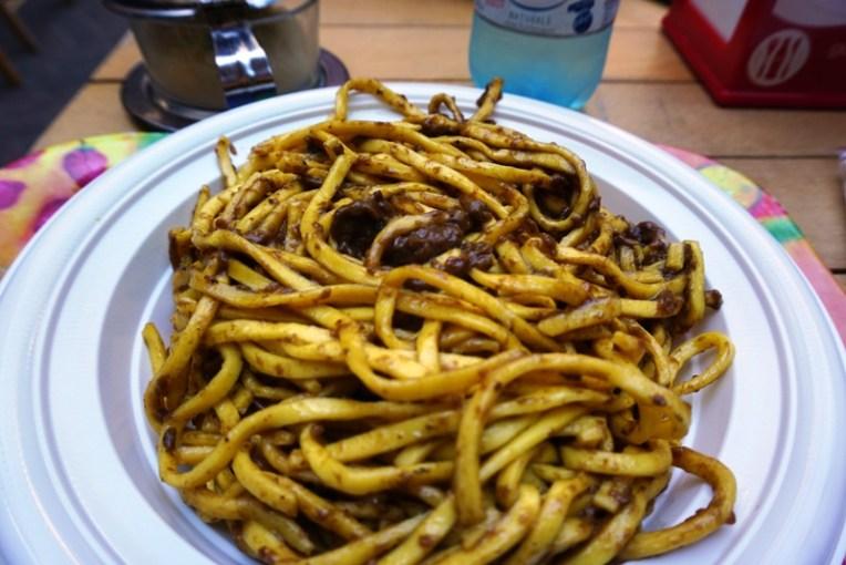 Spaghetti jamur. Ini kalau di Indonesia tempat jualannya kayak semacam warung, rasanya beda dengan rasa makanan di restoran besar. Bumbunya kerasa dan jamurnya yummy
