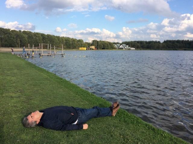 Tidur pinggir danau.