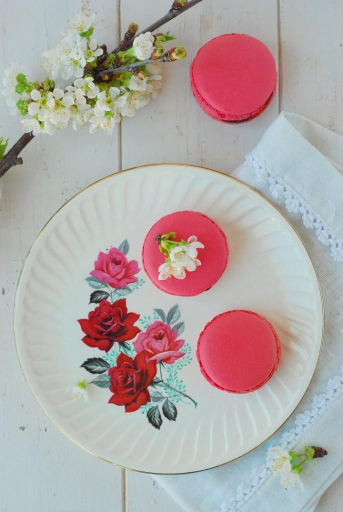 La recette des macarons cerise avec une coque à la meringue italienne - http://www.confitbanane.com/