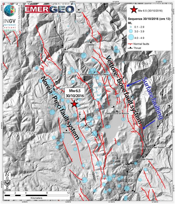 In questa mappa vengono rappresentati gli epicentri dei terremoti del 30 ottobre 2016 (sismicità aggiornata alle ore 13.00). La scossa di magnitudo 6.5 del 30 ottobre alle 07:40 è indicata con una stella rossa. Gli epicentri occupano un'area estesa circa 30 km in direzione NO-SE e circa 18 km in direzione NE-SO. Vengono inoltre indicate le prime segnalazioni di fagliazione superficiale (area evidenziata in blu).