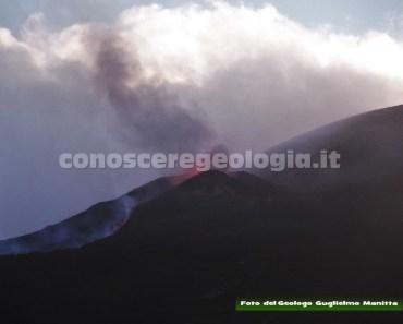 FOTO 4 – Attività stromboliana della frattura dell'eruzione del luglio-agosto 2014.
