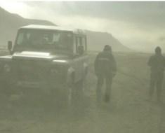 Foto 3 - Islanda, eruzione dell'Eyjafjallajökull, maggio 2010: campionamento della cenere ai piedi del vulcano. I ricercatori sono avvolti dalla cenere fine in sospensione nell'aria.