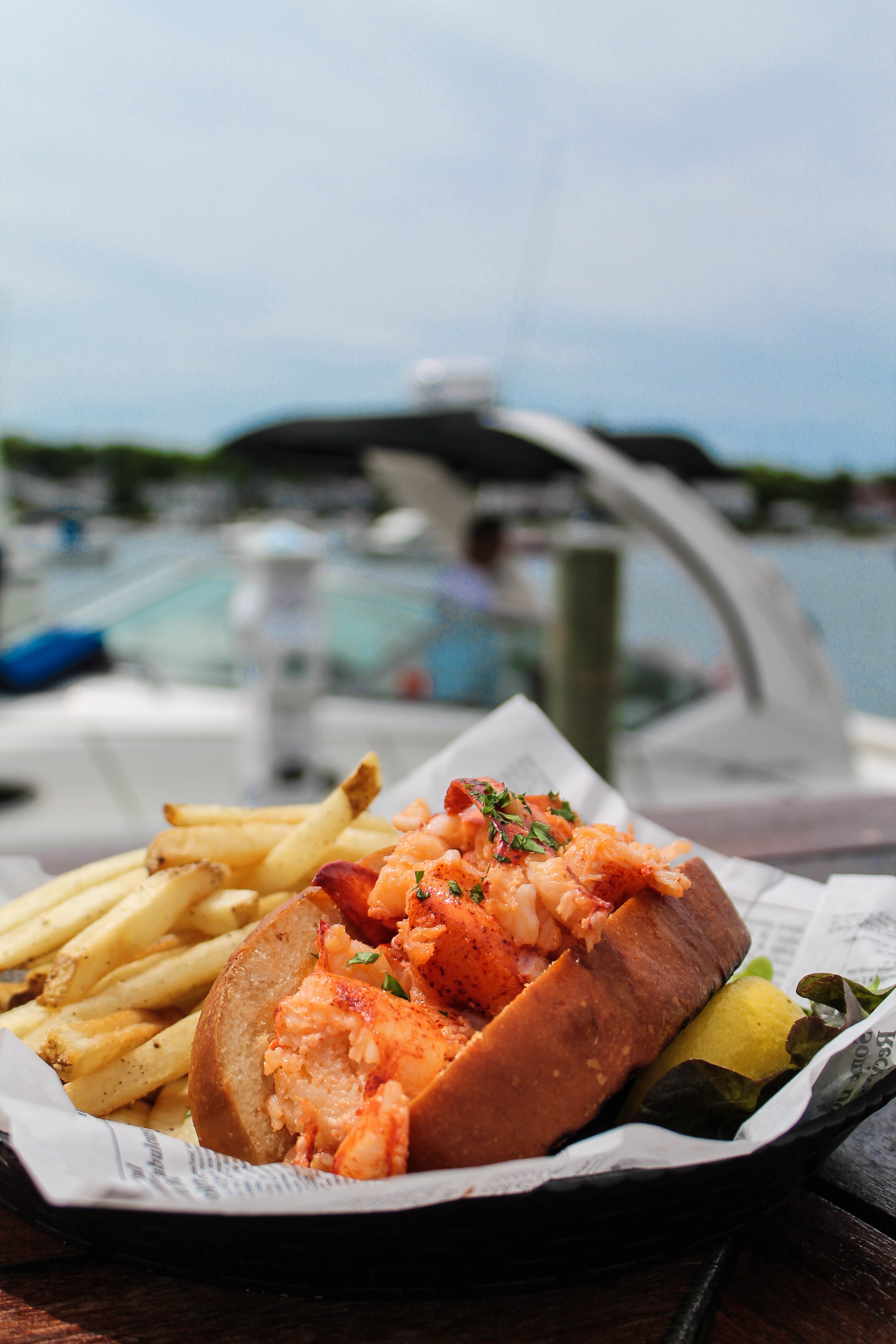 where to eat delicious lobster rolls on martha's vineyard