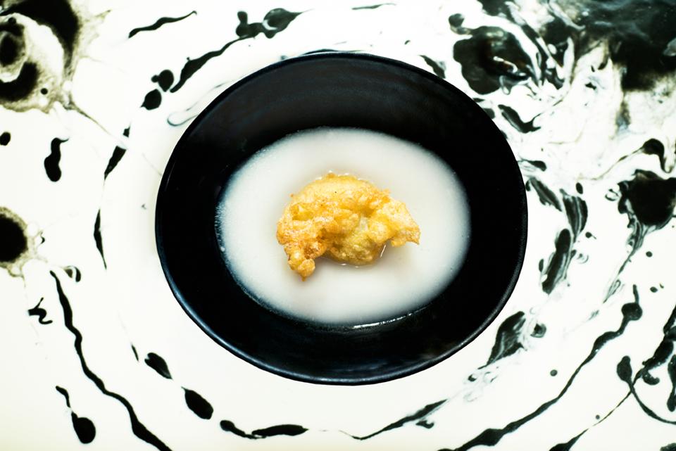 Tortilla con zumo de sopa de ajo y cerebritos de congrio