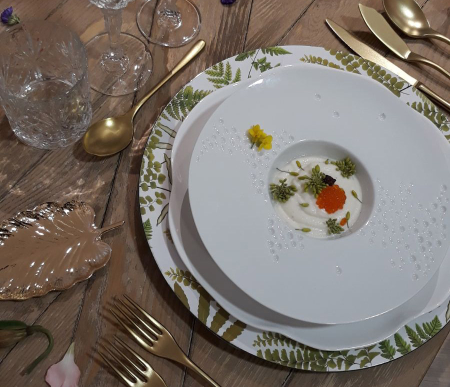 Ajoblanco con azahar caléndulas, uva y olivada con serviola marinada