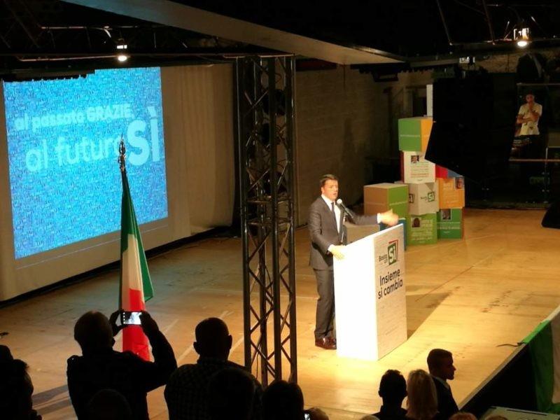 """""""Basta un sì"""", Matteo Renzi a Perugia promuove il referendum e Brunello Cucinelli"""