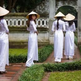 Incensi, zio Ho e carne di cane: vita quotidiana ad Hanoi