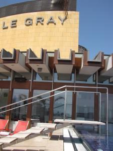La facciata del Le Gray, l'elegante albergo in piazza dei Martiri, destinazione ideale per chi viaggia per turismo o per affari