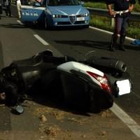 Napoli, incidente frontale tra due scooter: 12 morti