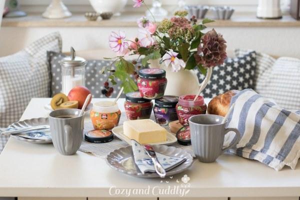 Frühstück mit frisch gebackenem veganem Joghurt-Brot und Fruttissima Brotaufstrich-Verlosung – Werbung