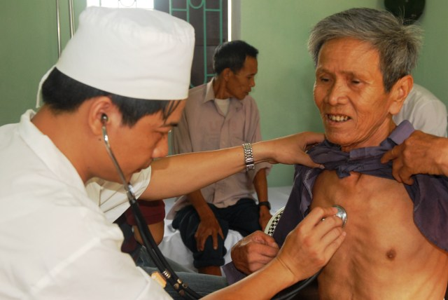 Elderly_vietnamese_man_gets_examined