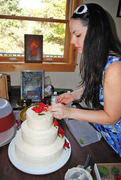diy wedding cake decorating with roses