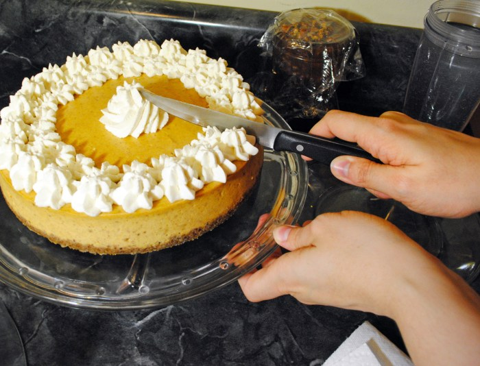 pumpkin cheesecake slicing