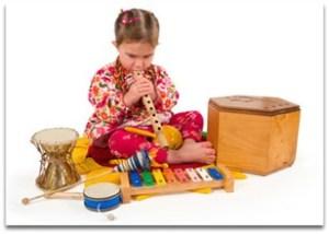 copil care canta la instrumente muzicale - jucarii creative pentru care copilul tau iti va fi recunoscator
