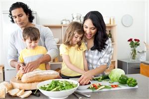 familie care gateste impreuna - Cum să te conectezi cu familia ta, dar nu online