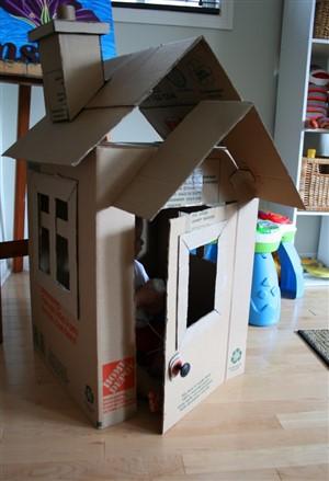 casuta de carton - o lume de vis pentru copii din cutii de carton