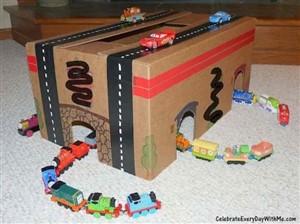 gara de carton - o lume de vis pentru copii din cutii de carton